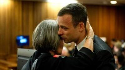 Oscar Pistorius con su madre antes de la sesión de hoy en tribunales.
