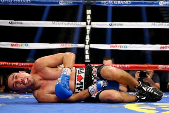 Soto recibió varios golpes bajos, el réferi le quitó dos puntos a Molina.