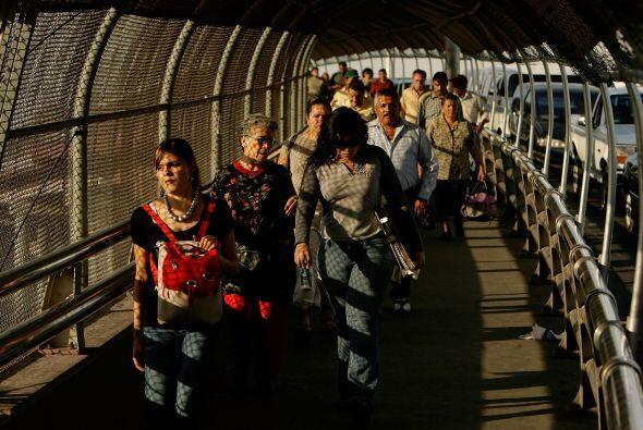 Muchos, incluidos políticos, policías y otras autoridades cruzan el Puen...