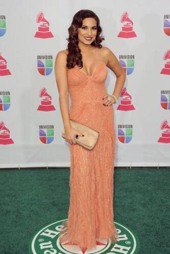 Para los pasados Latin Grammy, la actriz Ana Brenda llevó de acompañante...