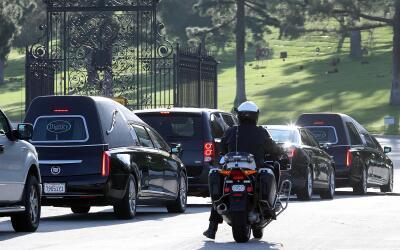 Entre los dos coches fúnebres se movilizaron Billie Lourd, &uacut...