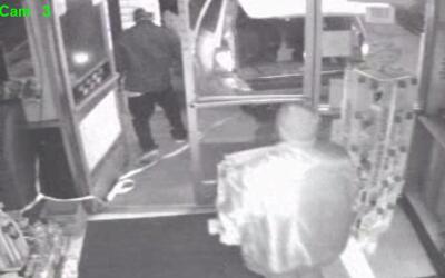 Cámaras de seguridad captaron a dos sospechosos acusados de robar boleto...