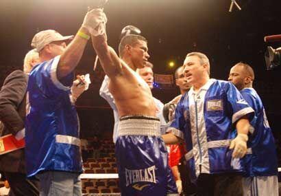 LA esquina de Bailey paró la pelea y el colombiano Juan Urango defendió...