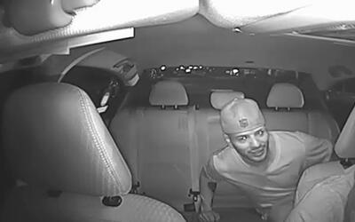 Imagen fija de un vídeo que muestra al sospechoso de robar a punta de pi...