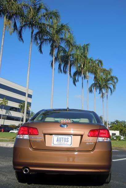 El Subaru Legacy es el sedán mediano más económico con tracción integral...