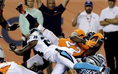 Los Denver Broncos derrotaron a Carolina Panthers en el juego inaugural...