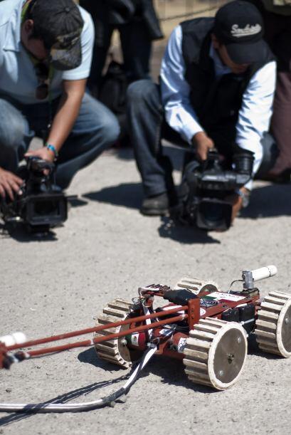 El robot es un vehículo de cuatro ruedas, equipado con dos cámaras de vi...