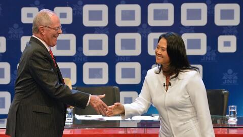 Kuzcynski y Fujimori estrechan las manos antes del debate