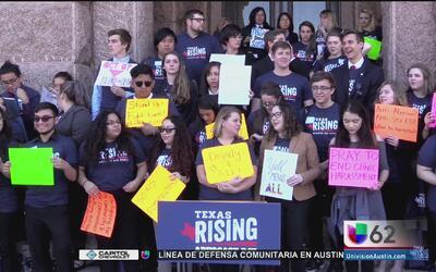 Más de 100 jóvenes texanos exigen apoyo a la comunidad LGBT y atención a...