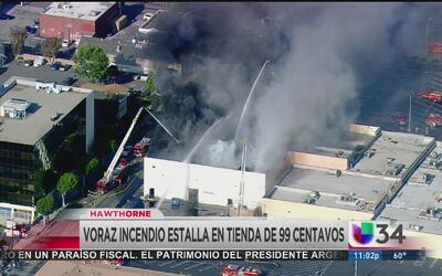 Incendio arrasa con tienda de 99 centavos