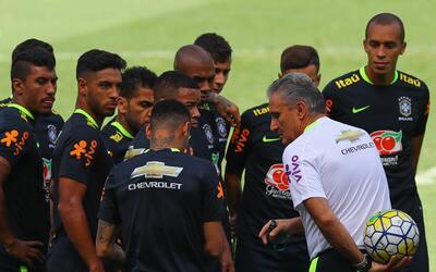 Tite reunido con jugadores de Brasil en entrenamiento