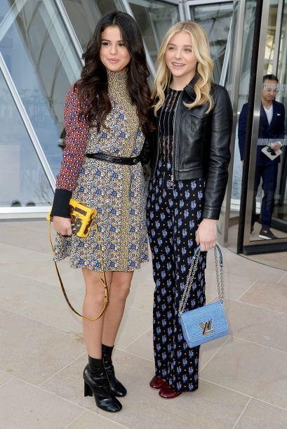 Selena Gomez y Chloe Moretz aprovecharon un momento antes de ver el desf...