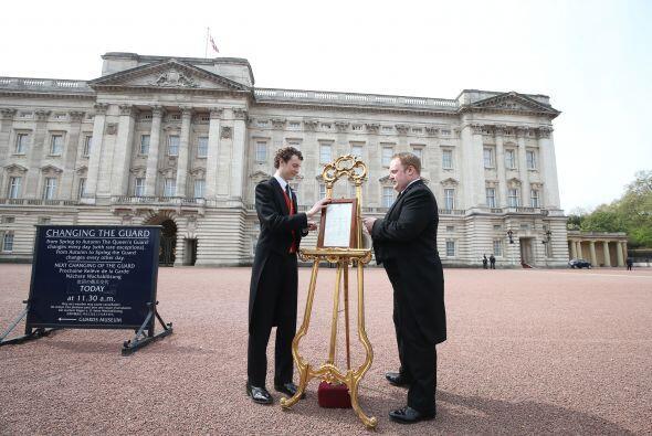 El anuncio colocado con la noticia del nacimiento afuera del palacio de...