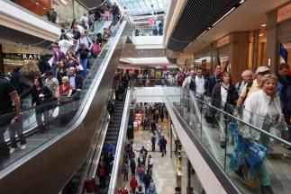La policía acudió al Music City Mall tras recibir varias llamadas alerta...