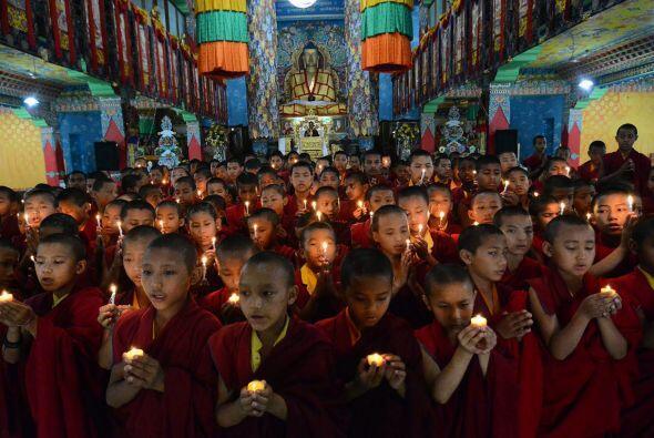Monjes budistas rezan en India por las víctimas del terremoto en Nepal.
