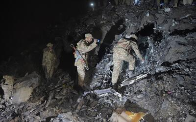 Se estrella un avión paquistaní con cerca de 50 personas a...