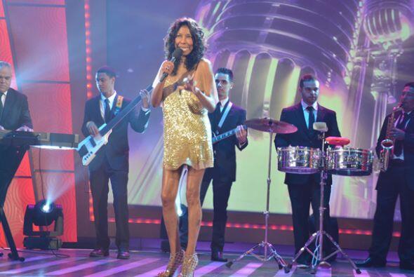 Una seductora mujer cantando una hermosa canción fue lo que vio Sábado G...