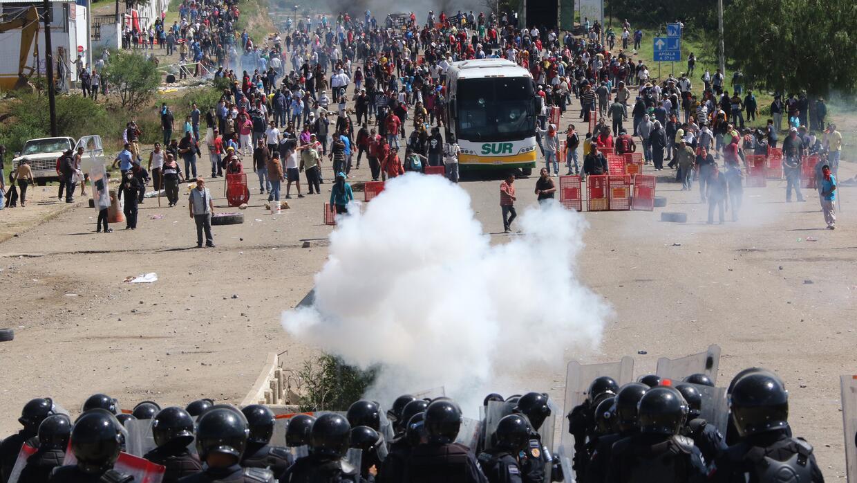Enfrentamiento entre profesores y policías en Oaxaca