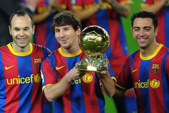 Andrés Iniesta y Xavi escoltaron al ganador, por segundo a&ntilde...