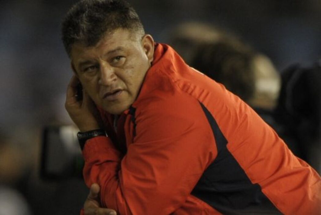 ´En qué lío me metí´, parece decir el técnico de Chile Claudio Borghi lu...