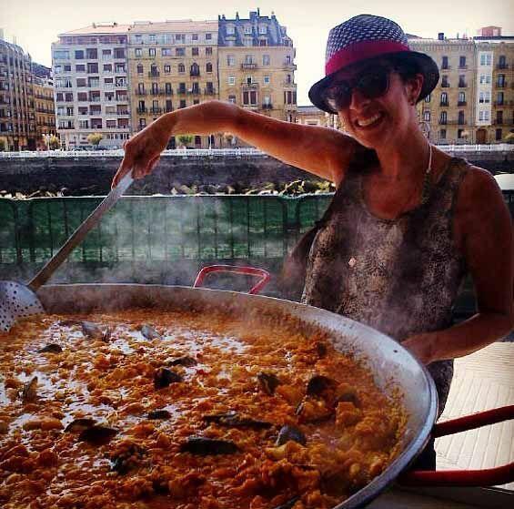 Maity aprendiendo a cocinar una  deliciosa Paella en San Sebastián.