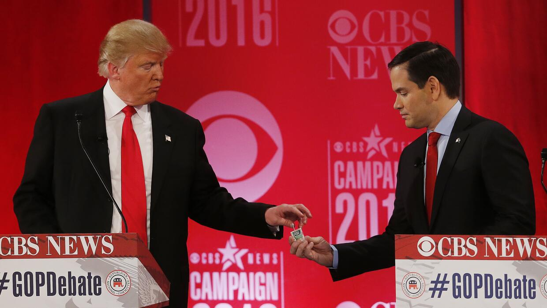 Trump le da a Rubio goma de mascar Tic Tact en una pausa del debate