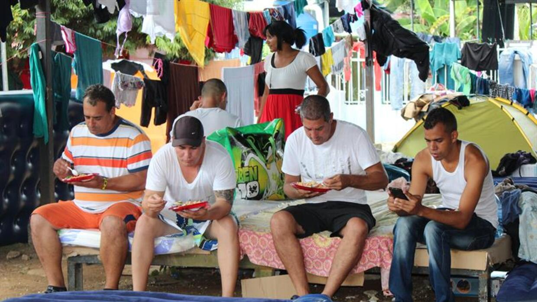 Un grupo cubanos pasa el 24 de diciembre en albergues.
