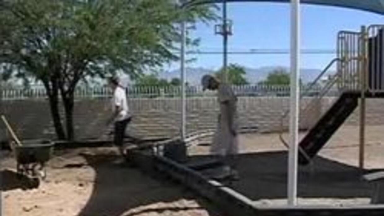 Voluntarios ayudando a transformar la escuela Ocotillo
