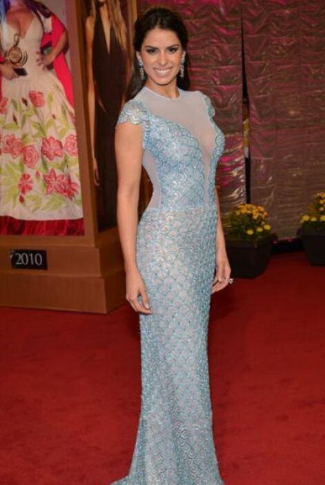 Vanessa de Roide prefirió usar un vestido metalizado con transparencias,...