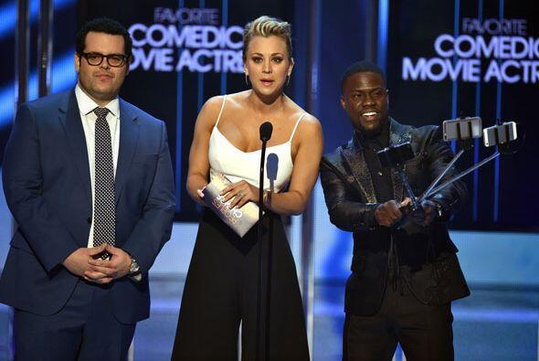 Los primeros presentadores de la noche fueron Josh Gad, Kaley Cuoco y Ke...