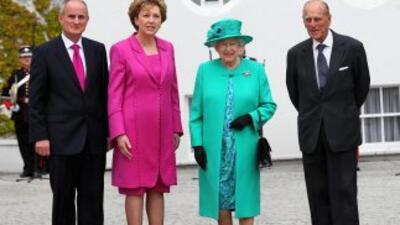 La reina Isabel II junto a la presidenta de Irlanda, Mary McAleese, el e...