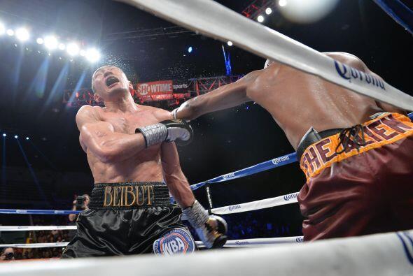 Hopkins encontró espacios en la guardia de Shumenov en una pelea muy est...