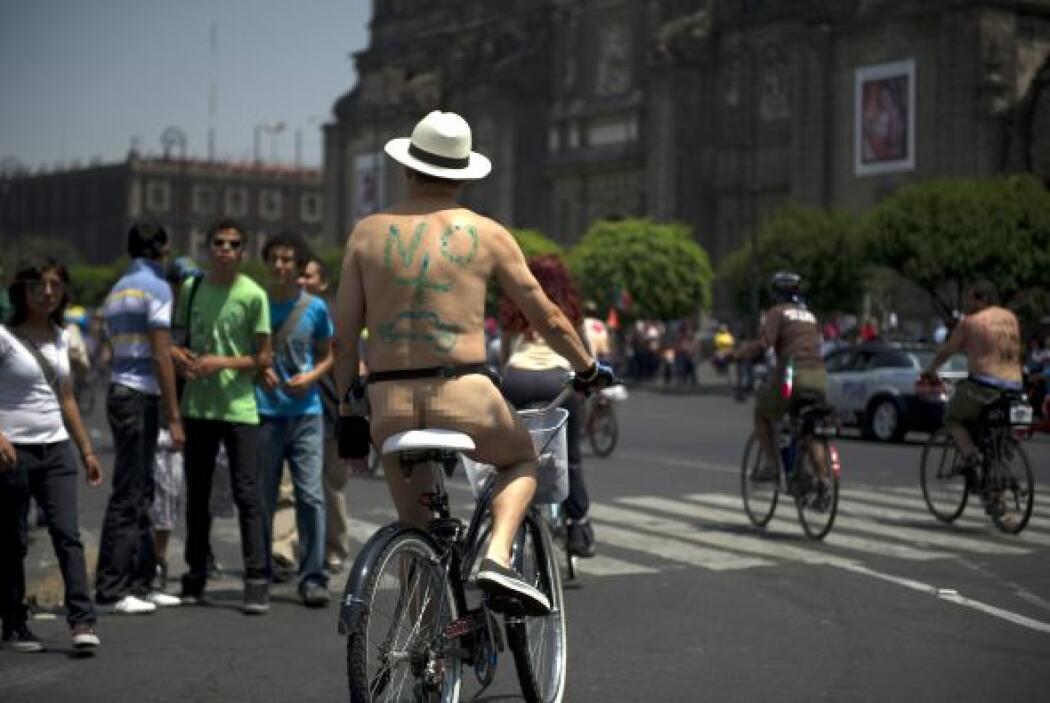 Cerca de 500 ciclistas participaron en este colorido e inusual contingente.