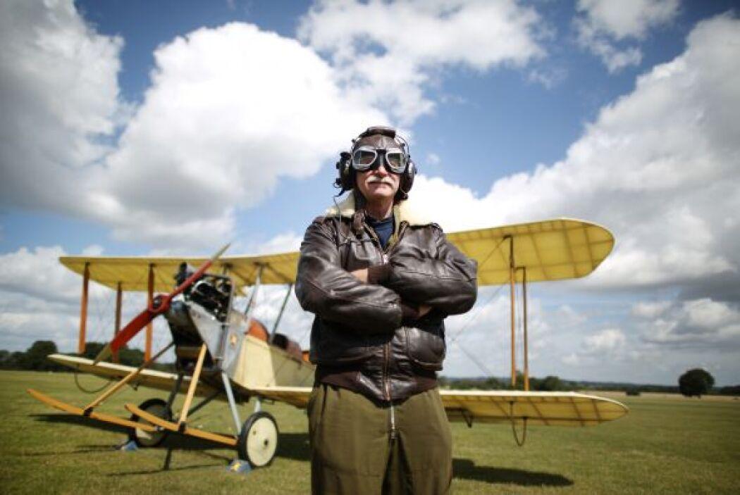 El piloto Stephen Slater posa frente a una réplica biplano de la Royal F...