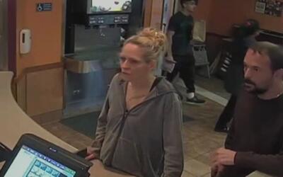 Policía de Arlington busca a dos sospechosos que robaron a pareja de la...