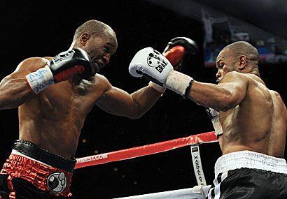 Bernard Hopkins ganó por decisión unánime a Roy Jones, en combate de rev...