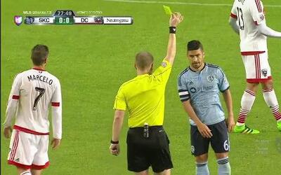 Tarjeta amarilla. El árbitro amonesta a Paulo Nagamura de Sporting Kansa...