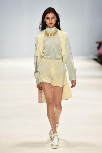 Anímate a usar un chaleco corto debajo de tu blusa favorita para...