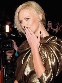 Muchas actrices logran un 'look' sensacional al contrastar el color del...