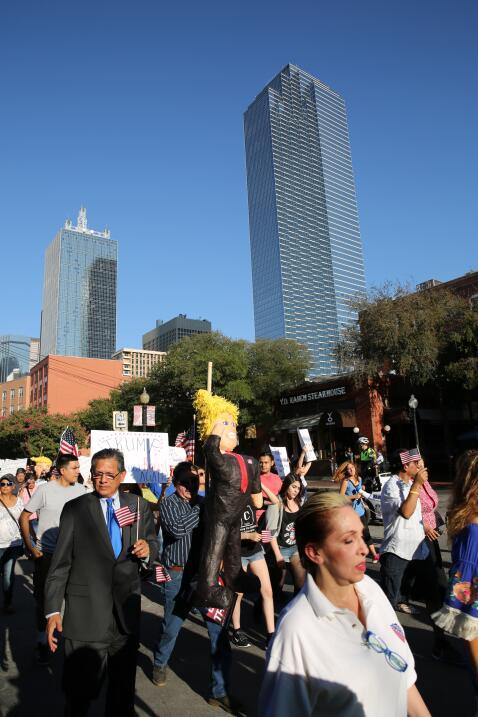 Hispanos, americanos y afroamericanos unidos contra Trump