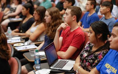 Estudiantes de la Universidad de Hofstra en un foro antes del debate pre...