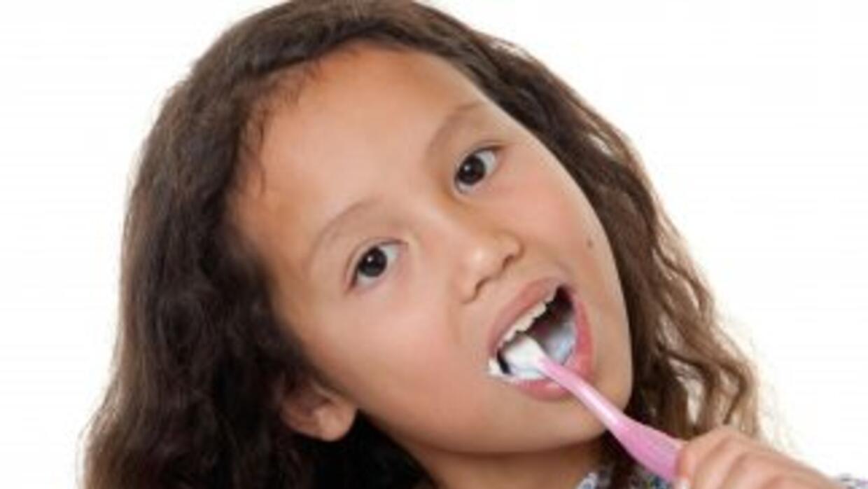 Descubre cómo cepillar bien los dientes de tu niño, ¡y logra que aprenda...