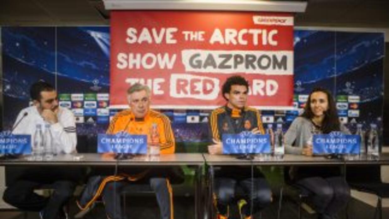 La organización ecologista Greenpeace desplegó una pancarta contra la co...