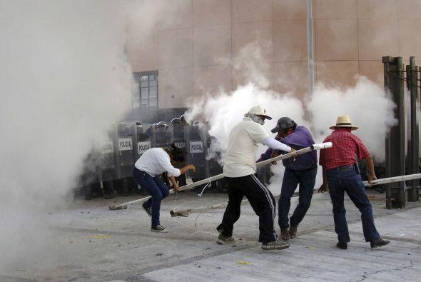 El humo del gas lacrimógeno comenzó a extenderse por el lugar.