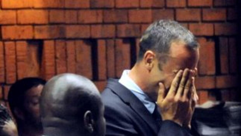 Oscar Pistorius llora ante el fiscal que le acusa del asesinato de su novia