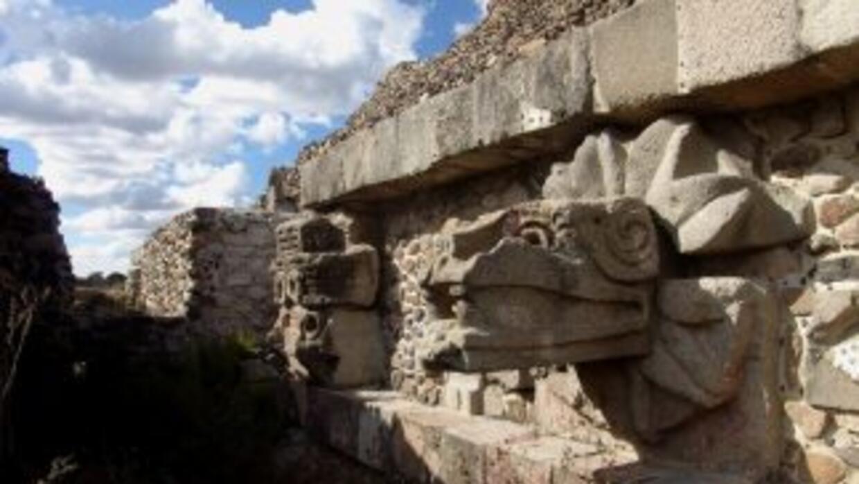 Encuentran nueva escultura en pirámide de Teotihuacán.