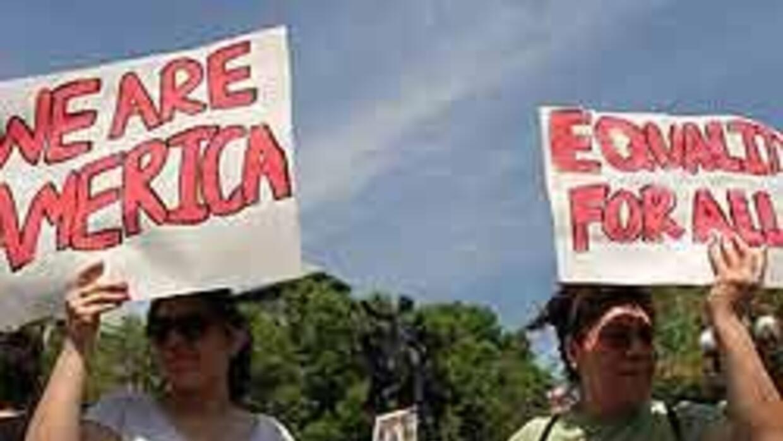 Votantes hispanos mantienen sus lealtades políticas pese a la ley en Ari...