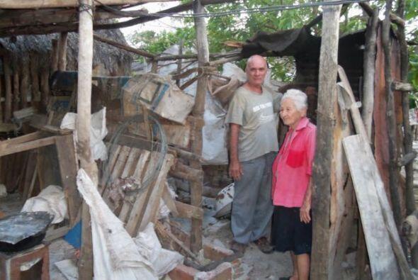 El activista pro democracia Jorge Llerena Reyes y su anciana madre en el...