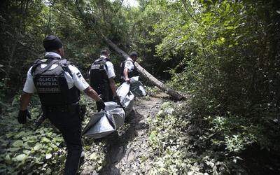 Agentes federales trasladan cadáveres en Acapulco. (Imagen de Arc...