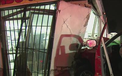 Un auto atravesó la pared de una lavandería tras un accidente entre tres...